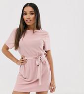 Vestido Estilo Camiseta Con Abertura Posterior Y Cinturón En Rosa Exclusivo De Missguided Petite